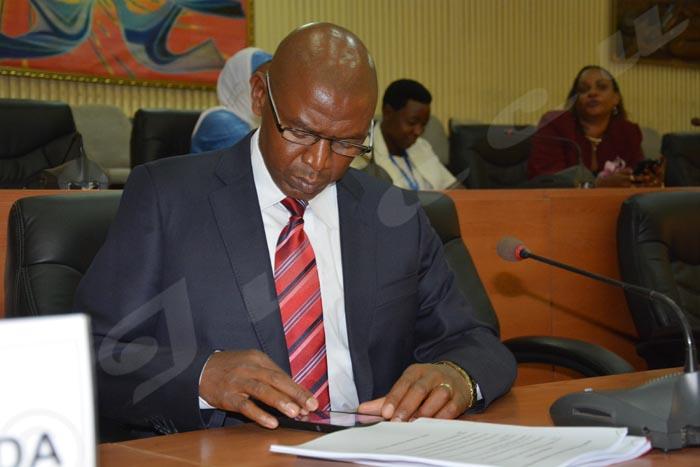 Lundi, 27 janvier 2015 Alors que des journalistes se concentrent sur sa prise d'images, M. Rwasa reste occupé par son téléphone ©O.N/Iwacu