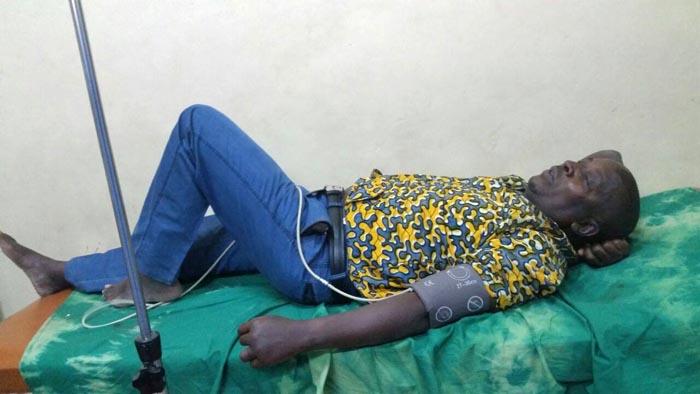 Esdras Ndikumana sur son lit d'hôpital.