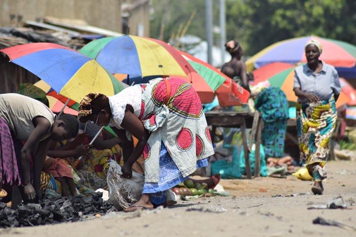 Petit marché à Musaga, majoritairement tenu par des femmes