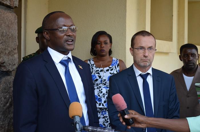 Gaston Sindimwo, 1er vice-président de la République et l'ambassadeur Patrick Spirlet, Chef de la Délégation de l'UE au Burundi après leur échange à huis clos.