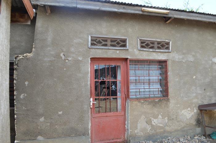 Chez Christophe, cameraman de la RTNB, des traces de balles sont visibles sur la porte de la maison ©Iwacu