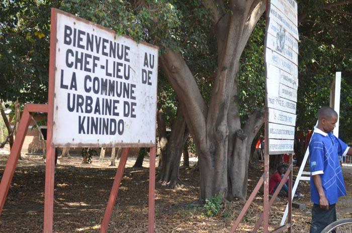 Devant les bureaux de la zone Kinindo, une pancarte indique toujours que c'est la commune Kinindo