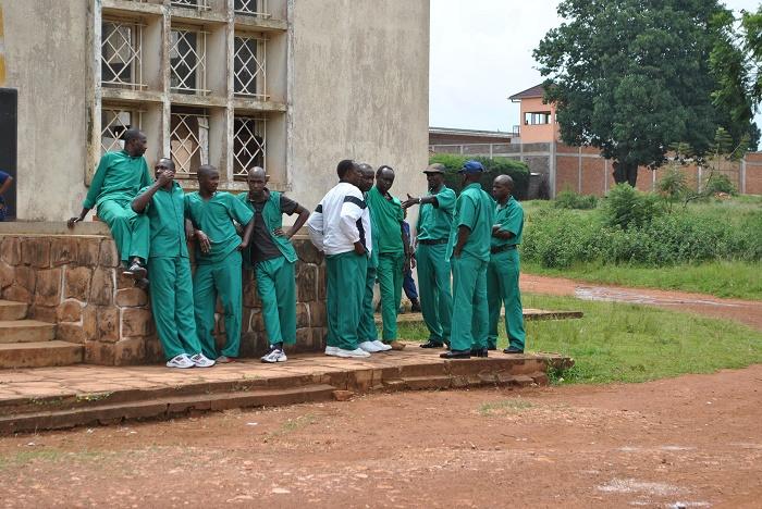 Les détenus pendant la pause d'audience devant la Cour d'Appel de Gitega