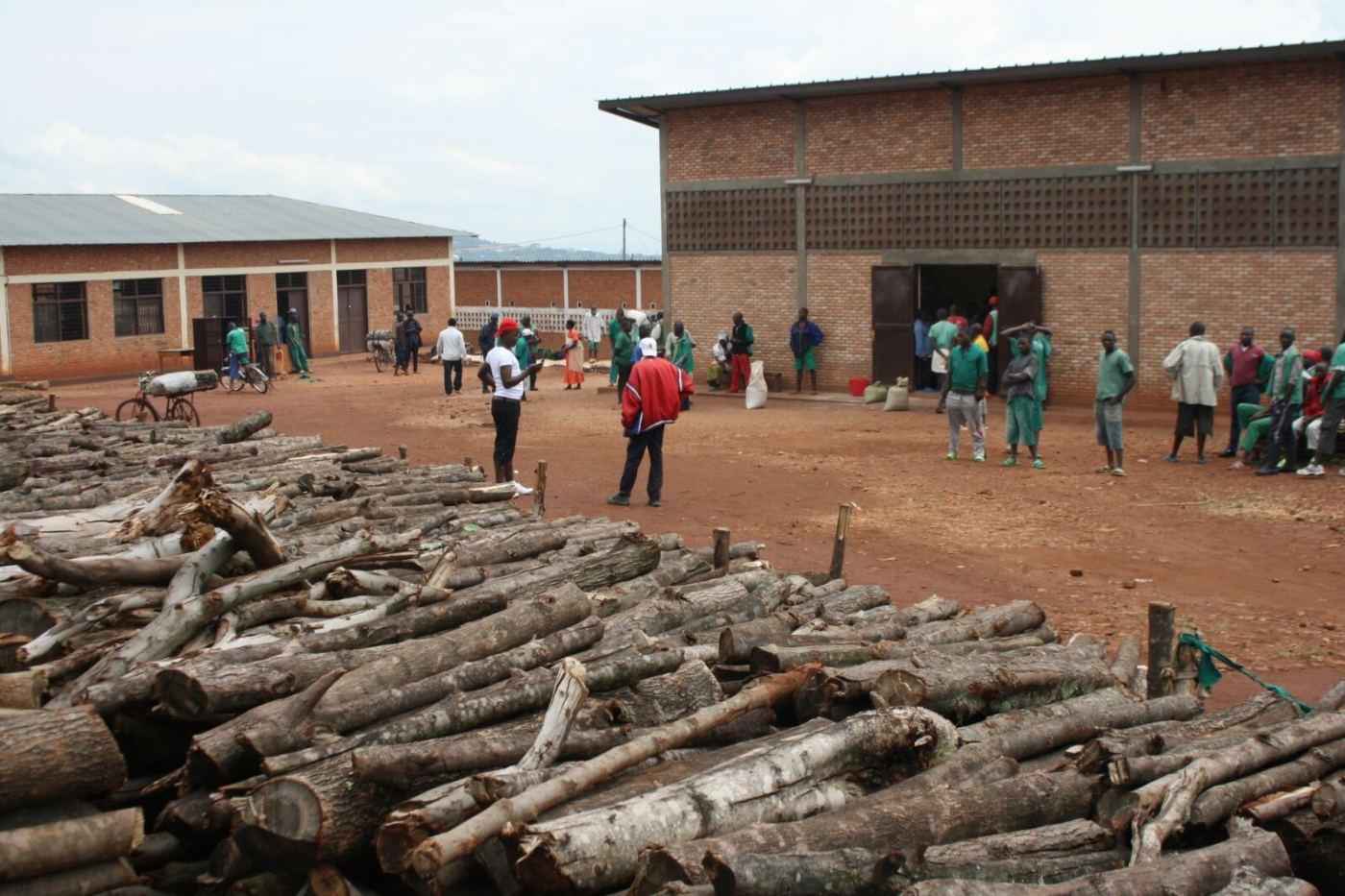Des détenus dans la cour de la prison de Ngozi