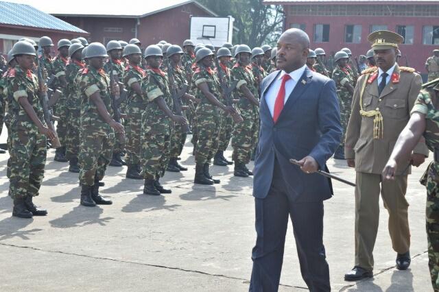 Le président de la République passe les troupes en revue