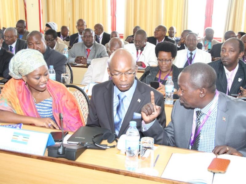 Conduite par Alain-Aimé Nyamitwe (au milieu), la délégation pro-gouvernementale était en surnombre à Arusha