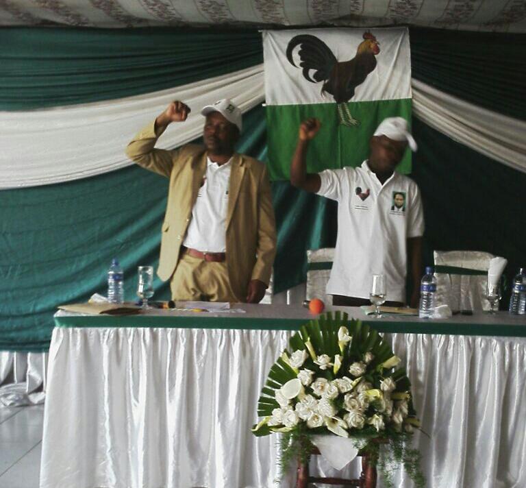 Képhas Nibizi(à gauche) et David Niyoncungu chantent l'hymne du parti à la clôture du congrès.