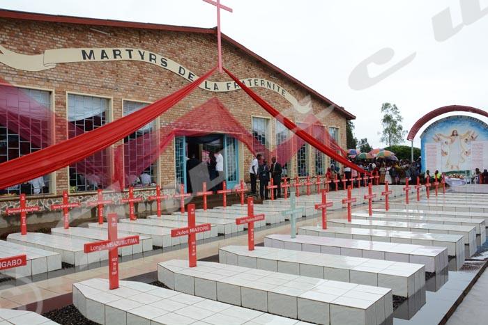 """Dimanche, 1er mai - Commémoration du 19ème anniversaire de l'assassinat des 40 jeunes du petit séminaire de Buta. Les tombes des """"martyrs"""" devant le sanctuaire ©O.N/Iwacu"""