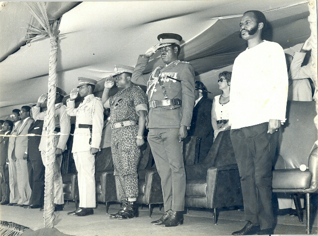 Président Bagaza dépose Michel Micombero (chemise blanche), un ancien compagnon de lutte et un ami