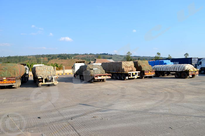 Des camions bâchés transportant entre autres des fertilisants