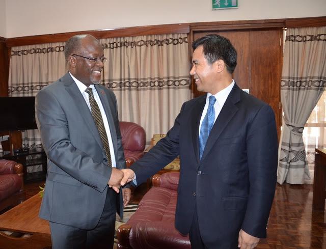 Le président Magufuli avec le patron de la banque Exim Liu Liang