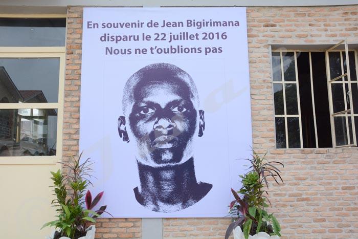 Le portrait géant de Jean dans les locaux du Groupe de presse Iwacu en hommage à notre collègue disparu.