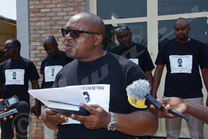 Devant le portrait géant Jean, le rédacteur en chef lit le message d'Antoine Kaburahe.