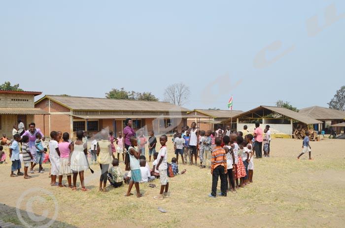 Une vingtaine d'enfants s'amuse dans une séance d'animation à l'Ecofo Kinanira