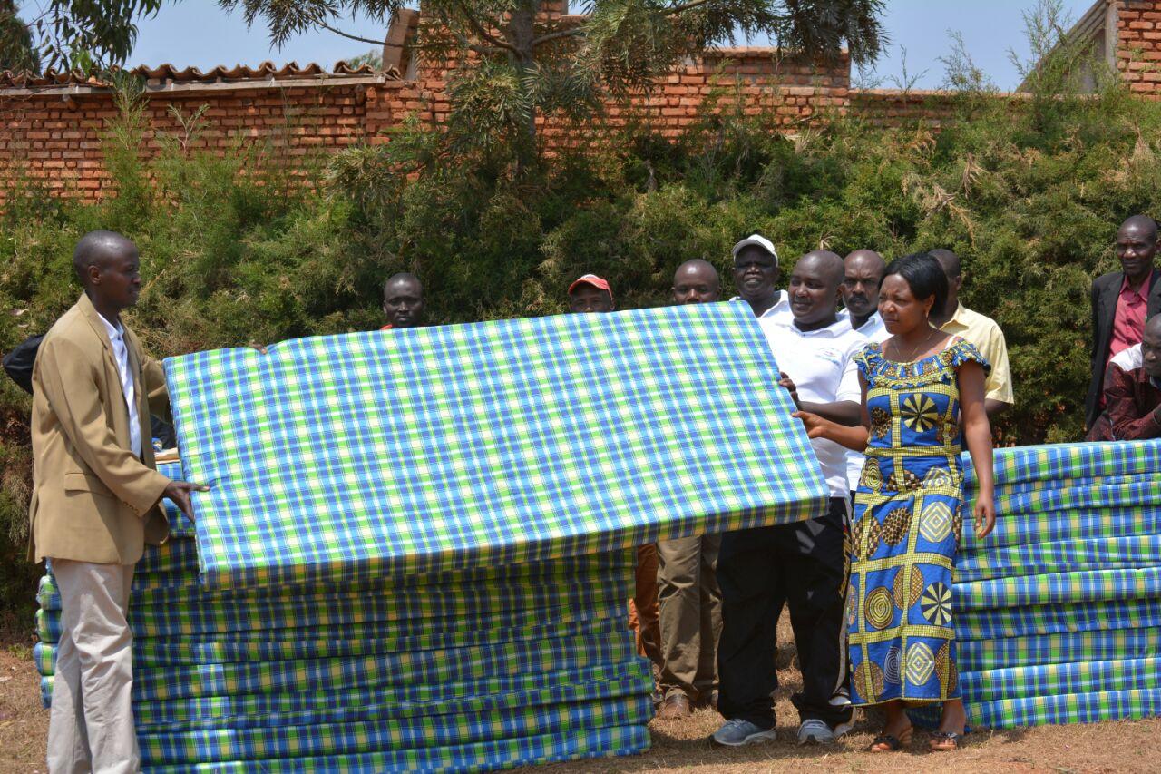 Le président de l'association Twibukane remettant les matelas au gestionnaire du CDS de Nyabihanga