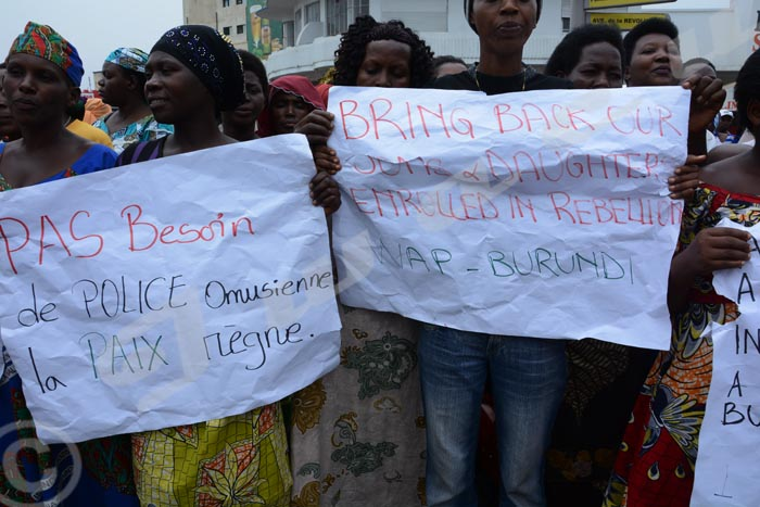 Des manifestantes s'opposent à la résolution 2303.
