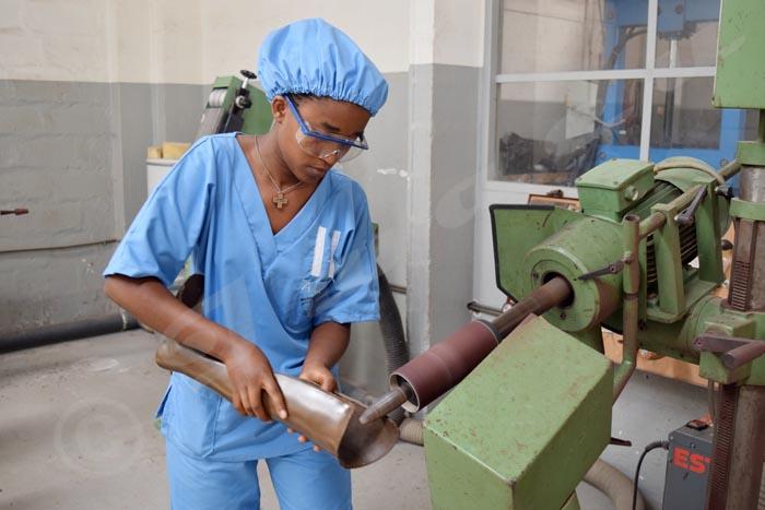 Alice Nshimirimana dans l'atelier en train de fabriquer une prothèse.