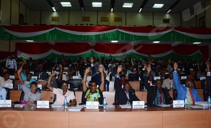Les députés burundais approuvant le projet de loi portant retrait du Burundi du Statut de Rome, le traité fondateur de la CPI