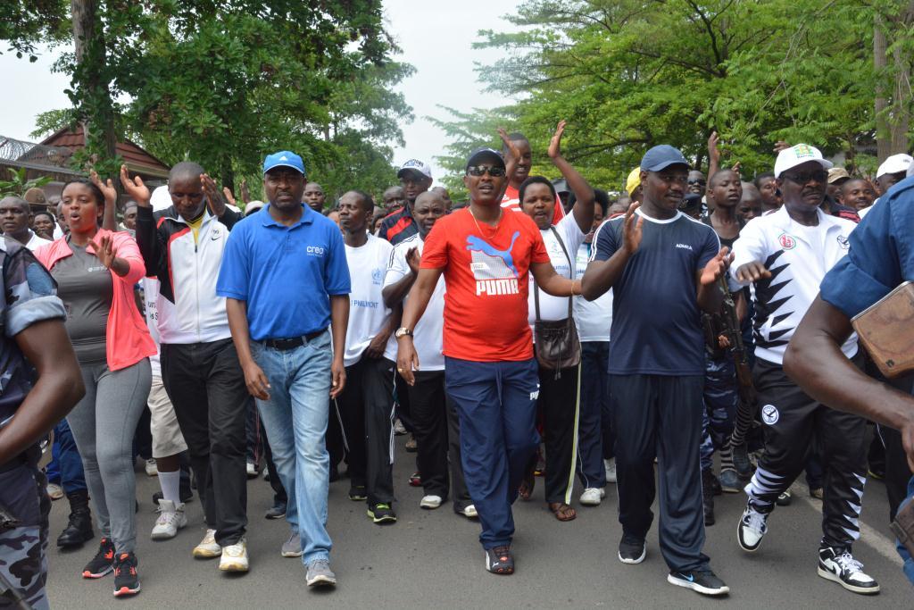 Au peloton de tête de la manifestation: le maire de la ville, en T-shirt rouge, à l'extrême droite Térence Ntahiraja, portant un survêtement en zébrures