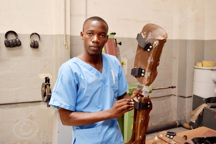 Samuel Ndikuriyo sur le point de finir la fabrication d'une orthèse.