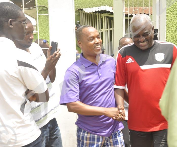 M. Nduwimana(à gauche) se rend à la RPA pour fermer ce médium