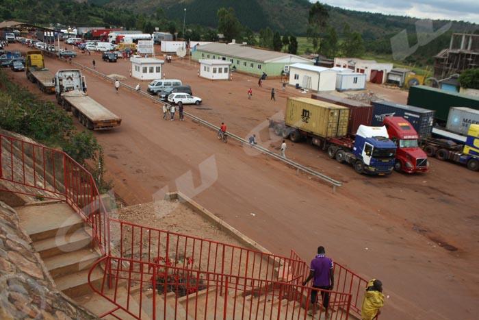 Les camions de transport des marchandises au parking de Kobero