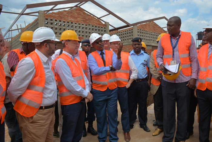 Le maire échangeant avec la délégation de l'UE sur l'état d'avancement des travaux