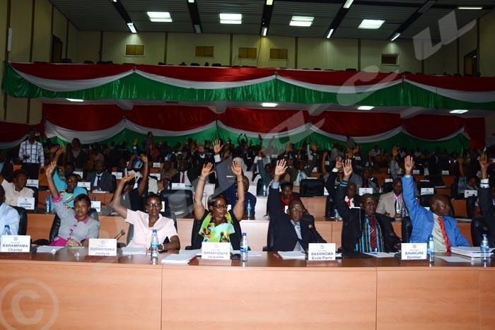 Le 12 octobre, l'Assemblée nationale vote à une majorité écrasante le projet de loi prévoyant le retrait du pays de la CPI