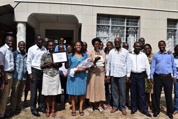 Au milieu, la représentante légale de FVS-AMADE BURUNDI (bouquet de fleur dans les mains) venant de présenter le prix à ses collègues.