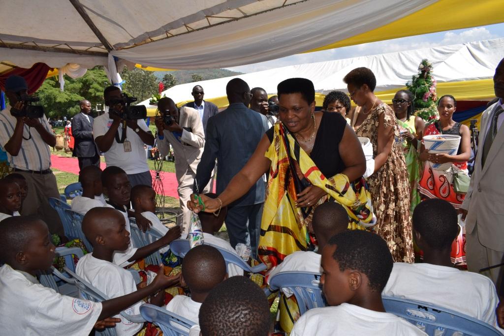 La Première Dame Denise Nkurunziza distribuant des cadeaux aux enfants soutenus par SWAA Burundi et ANSS