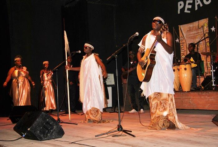 """Le groupe """"Peace and Love"""" animant un concert à Bujumbura."""