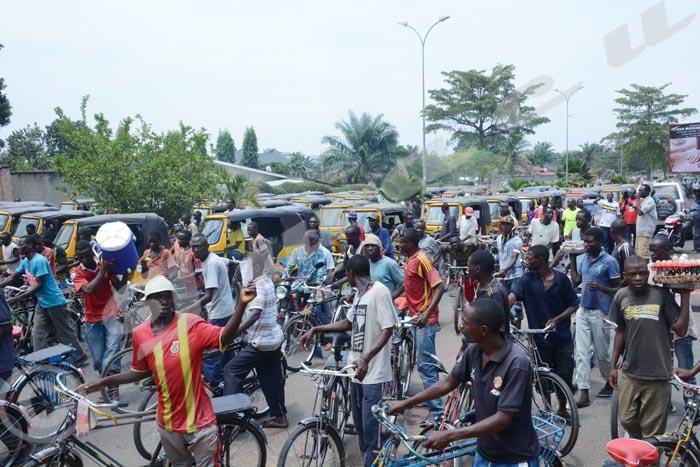 Les conducteurs de tuk-tuk et taxi-vélos mobilisés pendant une manifestation du parti au pouvoir