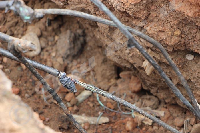 Ces câbles dénudés ont électrocuté une jeune fille à Kinindo