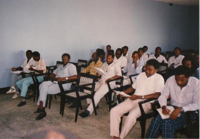 Dans une réunion de la ligue Iteka. Assis au premier rang, Gilles Bimazubute (3ème à partir de la gauche), assis derrière lui, Juvénal Ndayikeza, et Philippe Nzobonariba (2ème à partir de la droite).