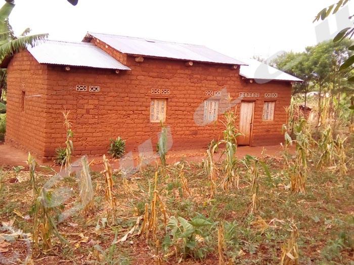 Cette maison reste inoccupée. Suite à la disette, les habitants sont partis pour la R D Congo