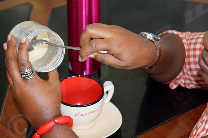 Une amatrice de café recherchant désespérément   du sucre