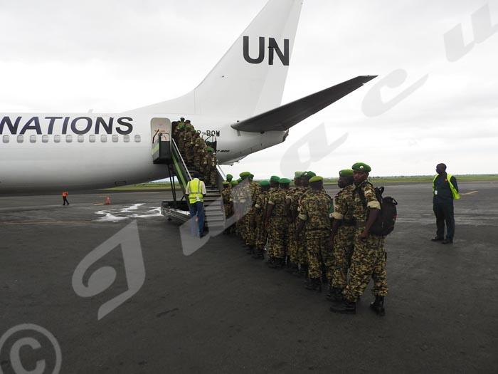Des militaires du 40ème bataillon embarquent pour la Somalie.