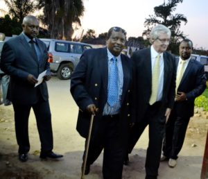 Patrice Ntibandetse tenant une canne à l'entrée du Groupe de Presse Iwacu