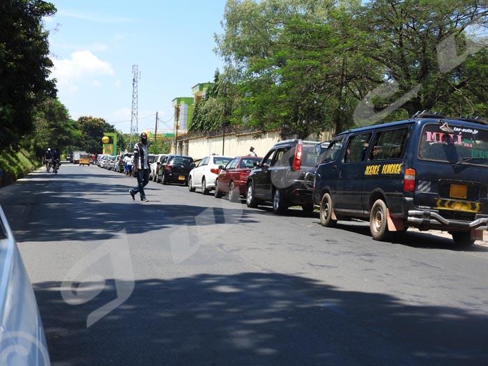 Pénurie du carburant à Bujumbura. Des dizaines de véhicules attendent d'être servis à la station Kinindo city oil ©Egide Nikiza/Iwacu