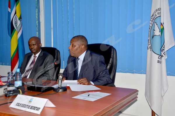 Zachary Muburi-Muita, Secrétaire exécutive de la CIRGL et Liberat Mfumukeko, Secrétaire général de l'EAC, s'adressant à la presse.