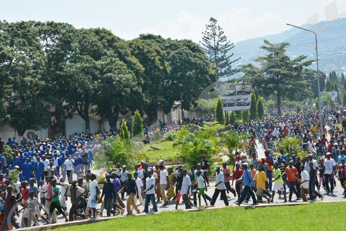 Une foule de manifestants sur le Boulevard du 28 novembre