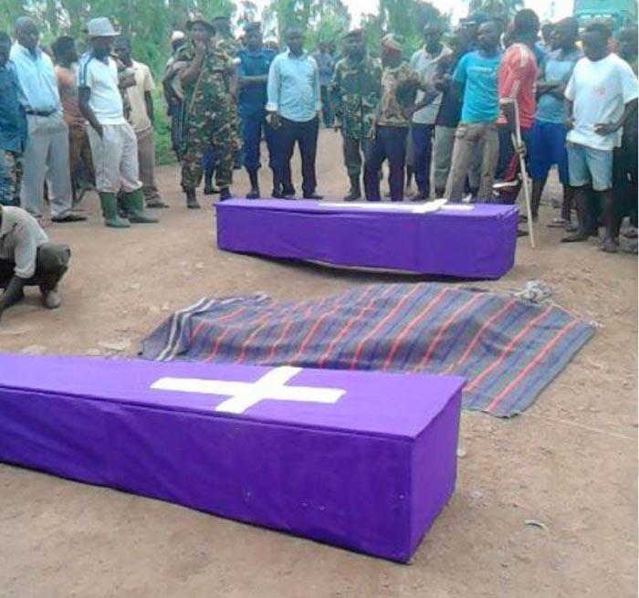 Les deux cercueils d'Elie Nyandwi et Jimmy François lors de leur enterrement.