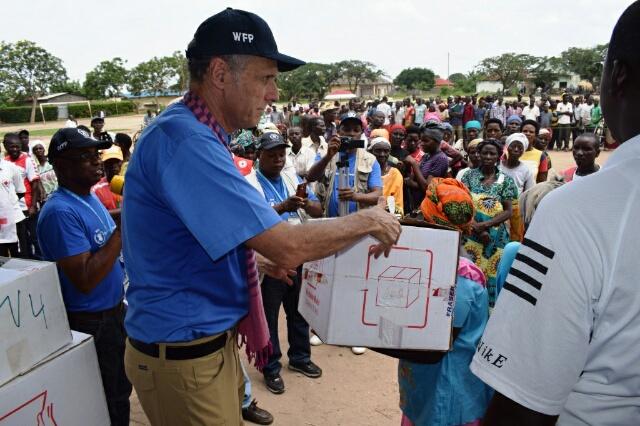 Charles Vincent procédant à la distribution de cette aide.