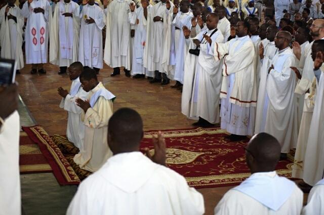 Vue partielle des Abbés et Pères priant pour les deux nouveaux prédicateurs.