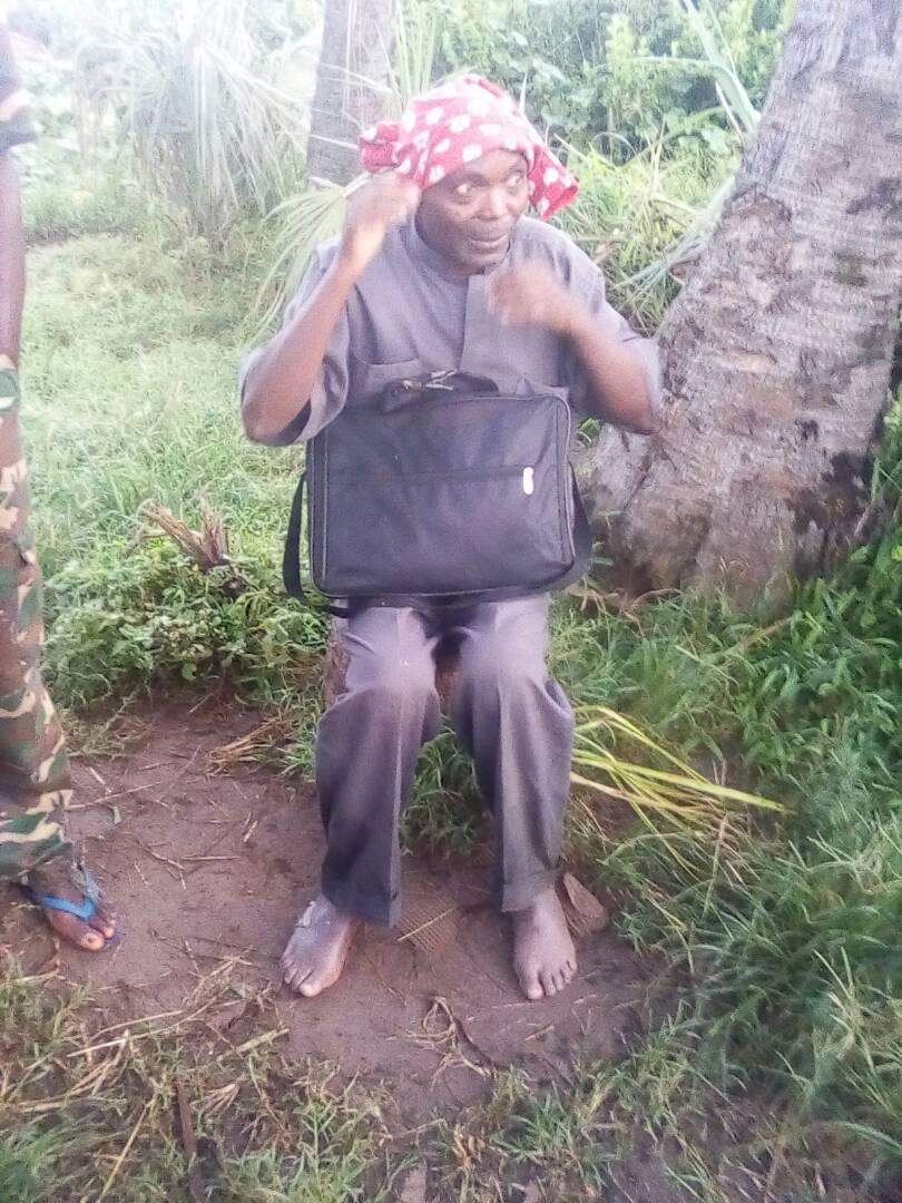Le Père Adolphe Ntahondereye, pieds nus, exténué et souffrant lors de sa libération