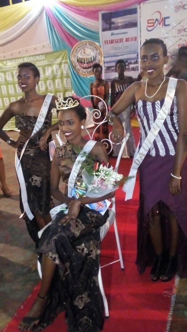 Miss Ntahangwa entourée de ses deux dauphines