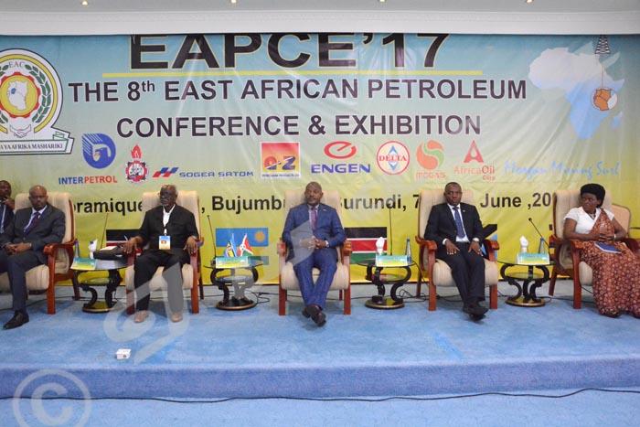 De gauche à droite, Libérat Mfumukeko, S.G de l'EAC ; Kirunda Kivejinja, vice-premier ministre ougandais ; Pierre Nkurunziza, président du Burundi ; Côme Manirakiza, ministre de l'Energie et Mines et Isabelle Ndahayo, ministre en charge de l'EAC.