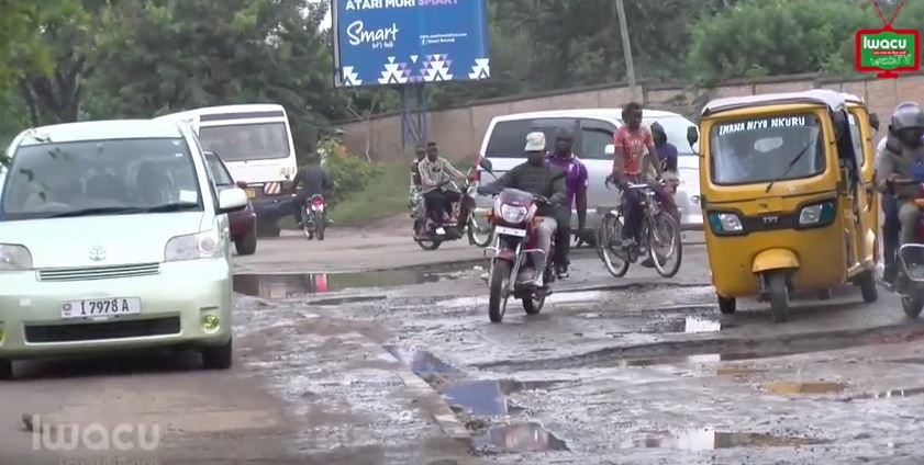 Des nids de poule, de bosses, de la boue, etc., sur le boulevard Mwambutsa