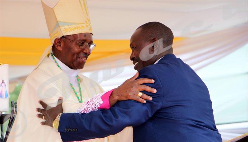 Pascal Barandagiye, ministre de l'Intérieur, félicite le nouvel archevêque de Bujumbura, samedi le 5 mai 2018