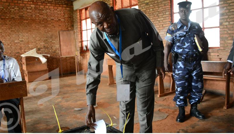 Rwasa votant à l'école fondamentale de Ciri, sa colline natal